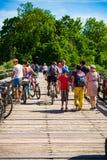 Familias que dan un paseo el domingo fotografía de archivo