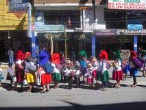 Familias que desfilan en ceremonia cívica Foto de archivo libre de regalías