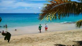 Familias que gozan del mar en una bahía más baja, Bequia Imágenes de archivo libres de regalías
