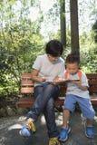 Familias que juegan smartphone fotos de archivo libres de regalías