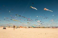 Familias que vuelan cometas en la playa Imagen de archivo libre de regalías
