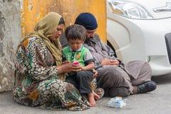 Familias sirias petición, vendiendo trapos Fotos de archivo libres de regalías