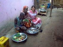 Familias y Alimentación en la poblacion en Guinea Bissau África. Alimentación de la poblacion en Guinea Bissau África niños y mujeres comiendo Royalty Free Stock Photography