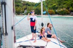 Familie aan boord van varend jacht stock foto's