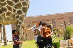 Familie am afrikanischen Park in Assuan, Ägypten lizenzfreie stockbilder
