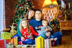 Familie in afwachting van vakantie royalty-vrije stock afbeelding