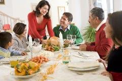 Familie alle zusammen am Weihnachtsabendessen stockfotografie