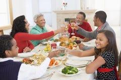 Familie alle zusammen am Weihnachtsabendessen Lizenzfreie Stockbilder