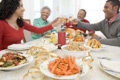 Familie alle zusammen am Weihnachtsabendessen Lizenzfreies Stockfoto
