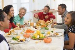 Familie alle zusammen am Weihnachtsabendessen stockbild