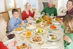 Familie alle zusammen am Weihnachtsabendessen Lizenzfreie Stockfotos