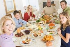 Familie alle zusammen am Weihnachtsabendessen Stockbilder