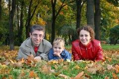 Familie auf Ahornblättern
