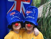 Familie auf Australien-Tagesfeiern mit verrückten blauen Hüten Stockfotografie
