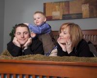 Familie auf Bett Lizenzfreie Stockbilder
