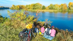 Familie auf dem Fahrradherbst, der draußen radfährt, aktive Eltern und Kind auf Fahrrädern, Vogelperspektive der glücklichen Fami stockbild