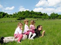 Familie auf dem Feld lizenzfreies stockfoto