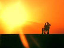 Familie auf dem Pier Stockbilder