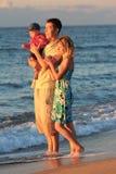Familie auf dem Seeufer Lizenzfreie Stockfotos