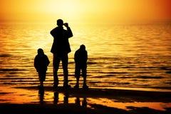 Familie auf dem Strand Lizenzfreie Stockfotos