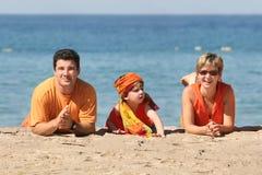 Familie auf dem Strand Stockbilder