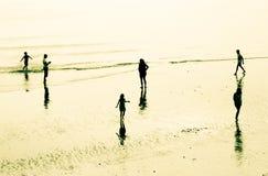 Familie auf dem Strand Stockfotos