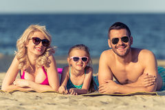 Familie auf dem Strand stockfoto