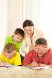 Familie auf dem Teppich Stockfotografie