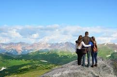 Familie auf dem Wandern von Reise in Rocky Mountains lizenzfreie stockfotos