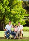 Familie auf der Bank Stockfotografie
