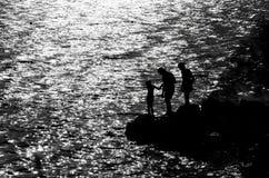 Familie auf der felsigen Küste Stockbild