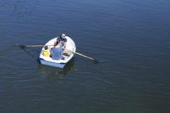 Familie auf einem Boot auf dem Fluss im Sommerwochenende Stockfoto