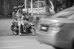 Familie auf einem Fahrrad Lizenzfreie Stockfotos
