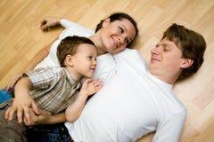 Familie auf einem Fußboden Lizenzfreies Stockfoto