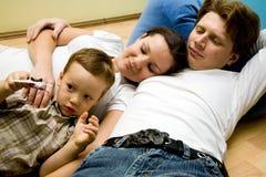 Familie auf einem Fußboden Stockfotos