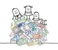 Familie auf einem Stapel des Abfalls Stockfotos