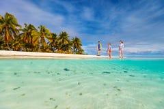 Familie auf einem Strand stockfotos