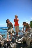 Familie auf einem Strand lizenzfreie stockfotos