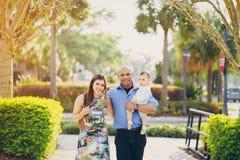 Familie auf einem Weg Stockbilder