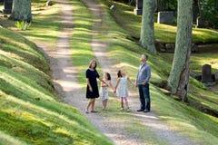 Familie auf einem Weg Lizenzfreie Stockfotos