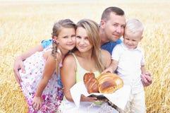 Familie auf einem Weizengebiet Stockfoto