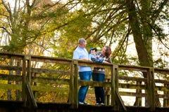 Familie auf einer Brücke stockfotos