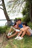 Familie auf einer Fahrradfahrt Stockbild
