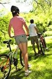 Familie auf Fahrrädern Lizenzfreie Stockfotos