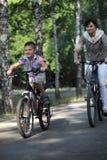 Familie auf Fahrrad lizenzfreie stockbilder