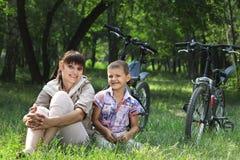 Familie auf Fahrrad stockbild