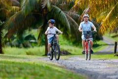 Familie auf Fahrradfahrt Stockfotos