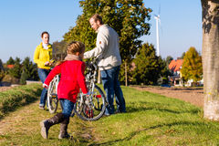 Familie auf Fahrradreise im Park Lizenzfreie Stockfotos