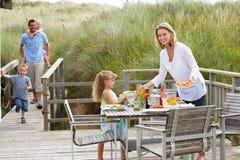 Familie auf Ferien draußen essend lizenzfreies stockfoto