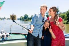 Familie auf Flusskreuzfahrt mit selfie Stock im Sommer Lizenzfreies Stockfoto